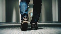 Эксперты объяснили, как можно принести коронавирус в дом на одежде и обуви