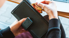 Во взрослую жизнь с кредитом на плечах: банки берут в кабалу школьников