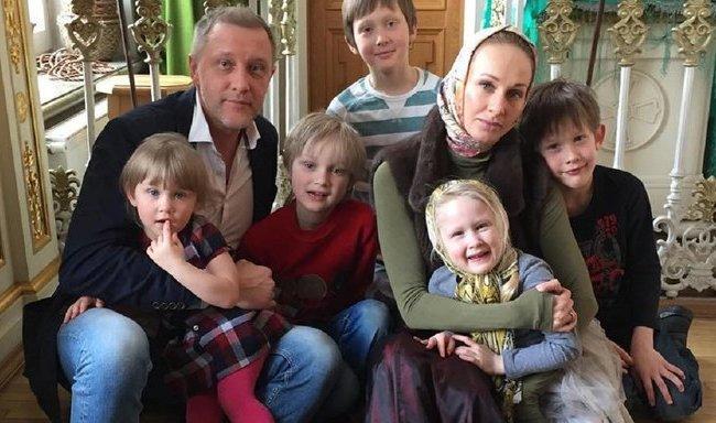Сергей Горобченко и Полина Невзорова с детьми