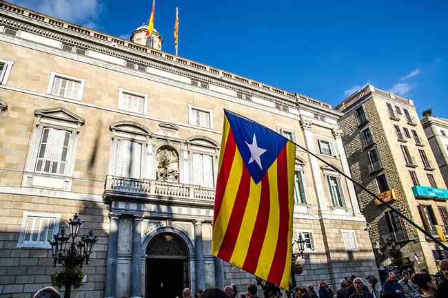 Суд Испании отменил декларацию онезависимости Каталонии