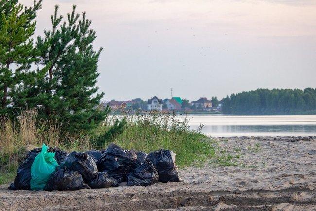 Под Тюменью волонтеры очистили берег озера Андреевское