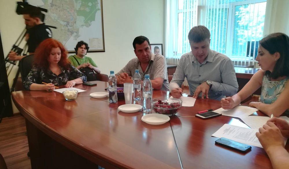 В кабинете главы города Елены Некрасовой. Краткое совещание по итогам объезда.