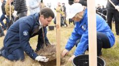 В Салехарде губернатор и горожане высадили сотни молодых деревьев
