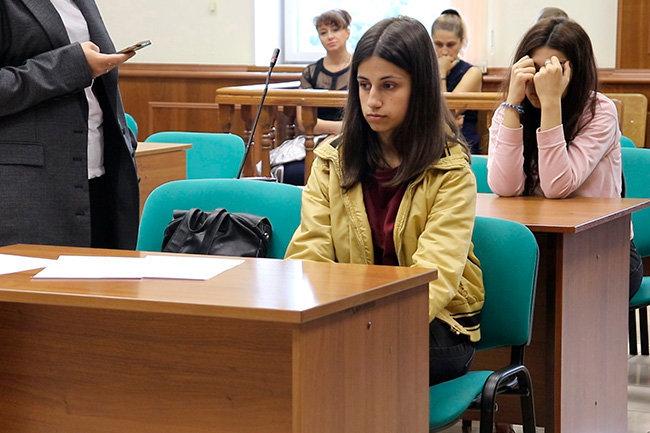 Сестры Ангелина (на первом плане справа) и Крестина (на втором плане) Хачатурян