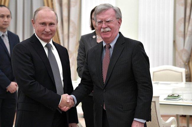 Владимир Путин принял в Кремле помощника Президента США по национальной безопасности Джона Болтона.