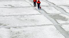 В Кургане начали пилить лед на Тоболе возле плотины