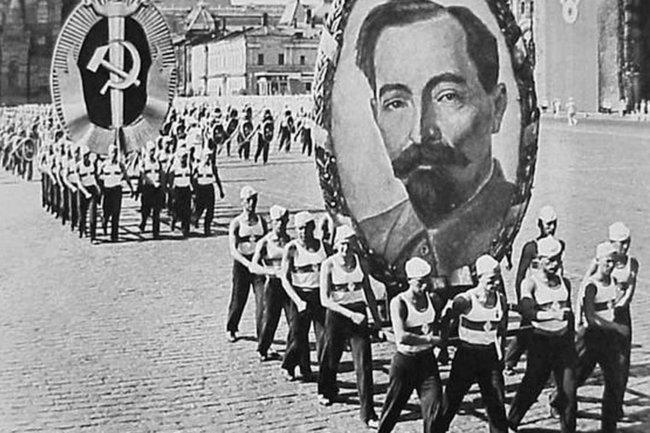 Портрет Дзержинского на параде на Красной площади в Москве (1936)