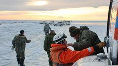 На Сахалине спасают рыбаков с оторвавшейся льдины