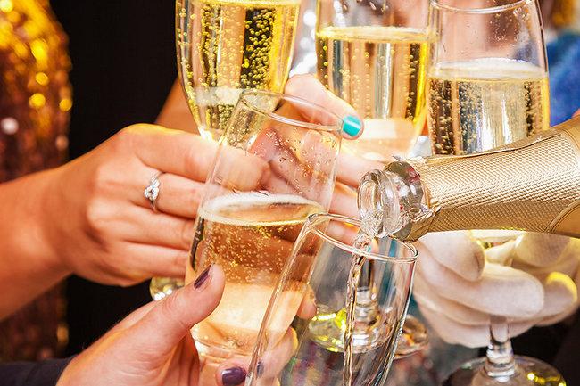 Красная икра и шампанское: эксперты рассказали, что лучше ставить на стол