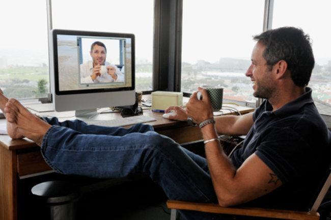 Парень звонит по скайпу смотреть онлайн — 7