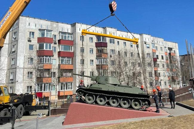 В Сургуте на памятнике Славы установили восстановленный Т-34