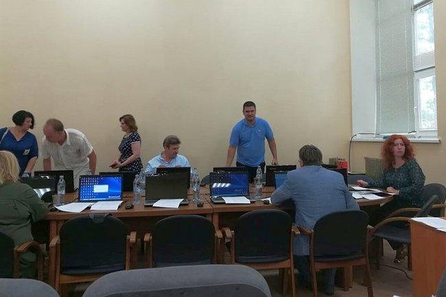 Депутаты городского совета Пушкино собираются на заседание. Справа – глава города Елена Некрасова.