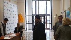 Всибирском вузе прикрыли обнаженные статуи перед визитом священников