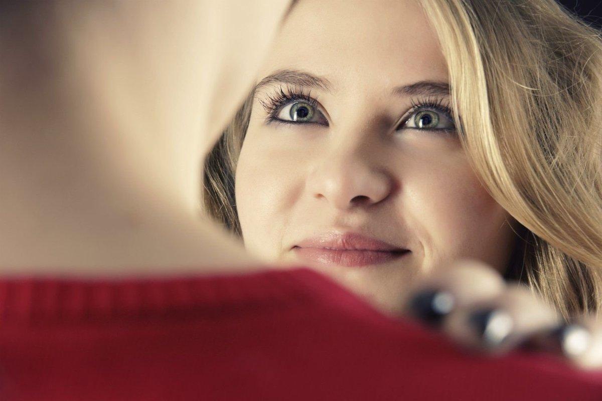 Девушка улыбается при встрече на работе работа в краснодаре для девушек без опыта