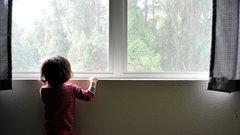 В Новокузнецке женщина поймала выпавшего из окна ребенка