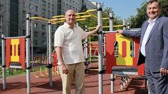 В Новосибирске депутаты проверили благоустройство двора на улице Горького