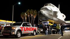Пикап Toyota Tundra отбуксировал многотонный шаттл Endeavour
