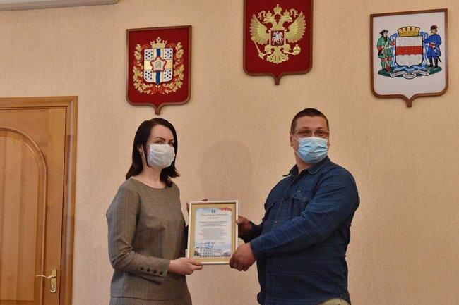 Оксана Фадина наградила водителя троллейбуса