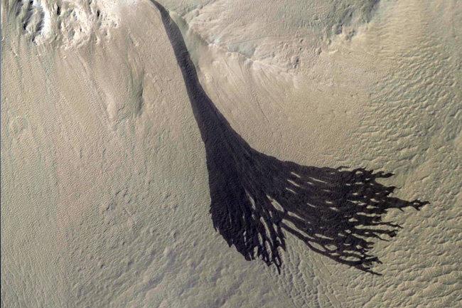 NASA сфотографировало огромный оползень на Марсе