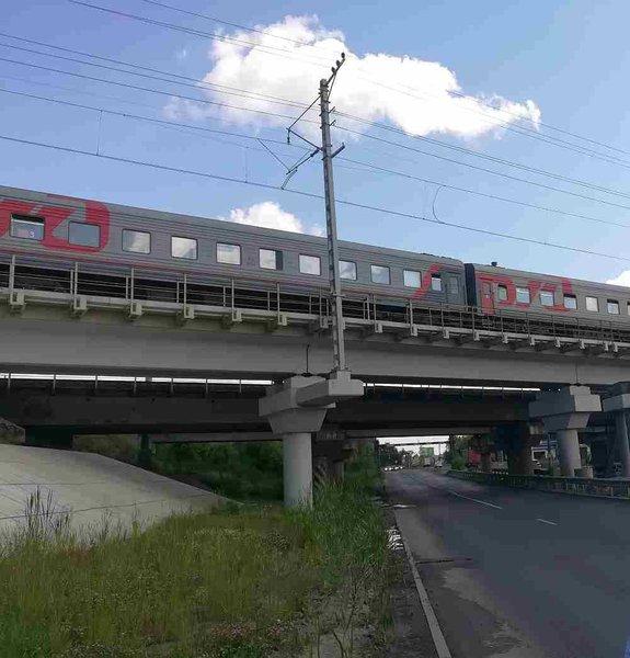 Под железной дорогой в любую погоду пасмурно и сыро