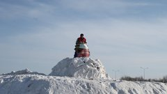 В Тюмени на проводах зимы сожгли чучело Ковида