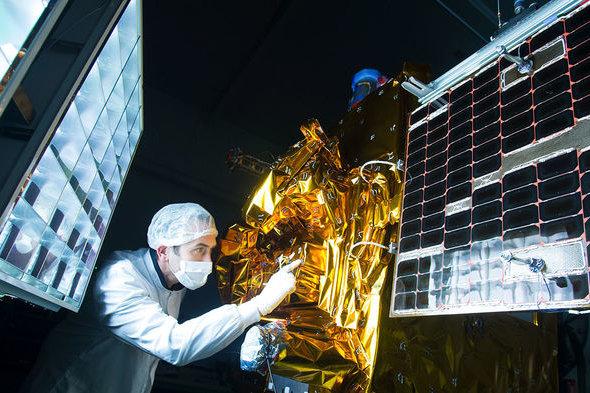 Подготовку спутника MICROSCOPE к запуску (с)  CNES/GRIMAULT