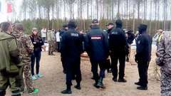 Новые столкновения вШиесе: активисты били лежащих наземле охранников ногами иполеньями