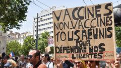 Во Франции противники вакцинации от коронавируса стали агрессивными