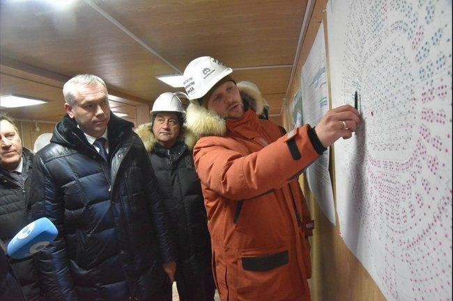 Андрей Травников проконтролировал финальный этап по установке свай на строительстве ледовой арены