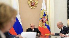 Хазин: российские либералы ставят под угрозу положение Путина