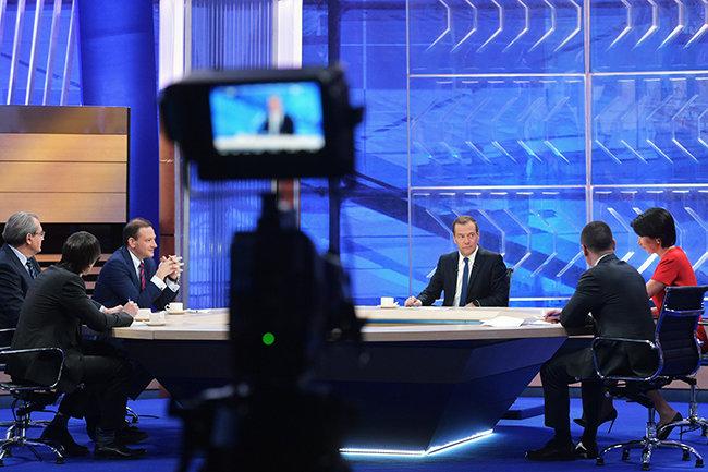 Дмитрий Медведев (вцентре)