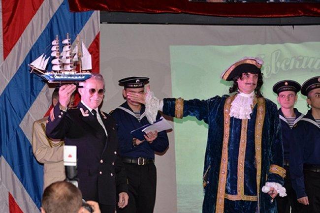 Иван Краско с кораблем в руках