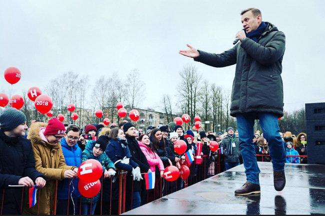 Песков отказался объяснять вопрос легализации ЧКВ