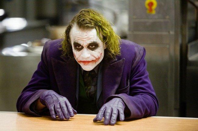 Хит Леджер в роли Джокера.