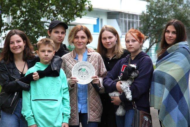 Семья Ивана Охлобыстина на съемках.С тарелкой — супруга Оксана, дети (слева направо): Анфиса, Савва, Василий, Варвара, Иоанна (с собакой Плюшей) и Евдокия.
