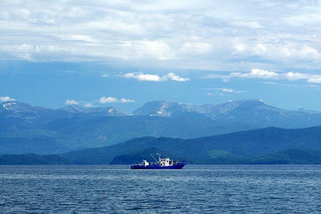 Мини-цунами чуть не смыло рыбаков на Байкале
