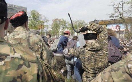 Суд оштрафовал мужчину, бившего нагайкой участников акции в столицеРФ 5мая