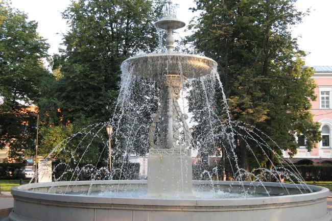 фонтан на площади Минина  и Пожарского в Нижнем Новгороде