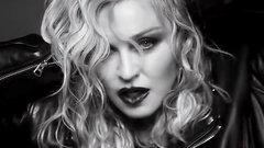 Мадонна в чулках на фоне распятия в промо своей бьюти линии (ФОТО)