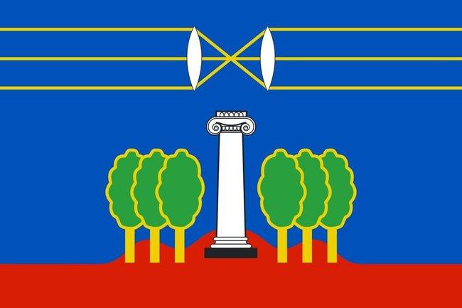 За время строительства «Ильинских лугов» Красногорский район стал городским округом Красногорск. Флаг оставили прежним, но деревья с него, кажется, можно убирать.