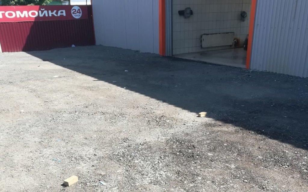 Перед автомойкой тут и там живописно раскиданы использованные губки и другие отходы производства