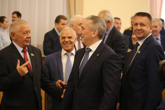 Губернатор Тюменской области в окружении депутатов