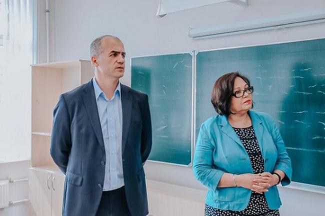 Глава администрации Чебоксар Алексей Ладыков и директор школы № 61 Наталья Гурьева