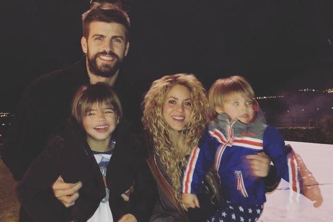 Шакира с мужем и детьми