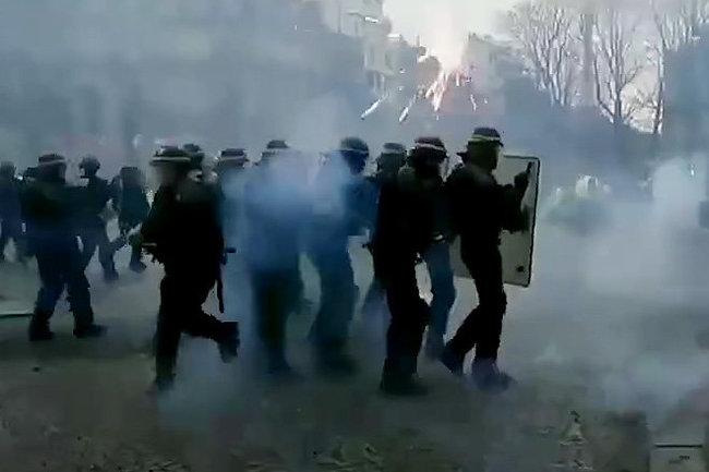 Париж митинг полиция газ