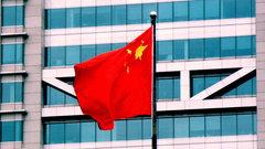 Мужчина на вилочном автопогрузчике въехал в толпу людей в Китае