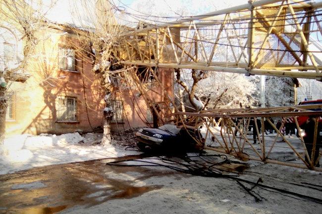 В Кирове строительный кран рухнул на жилой дом