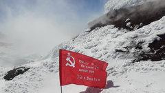 Знамя Победы подняли на вершину вулкана на Камчатке
