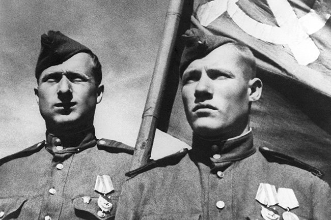 Михаил Егоров и Мелитон Кантария (справа налево)