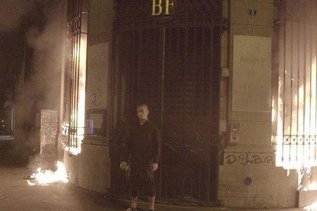 Павленский поджег банк во Франции